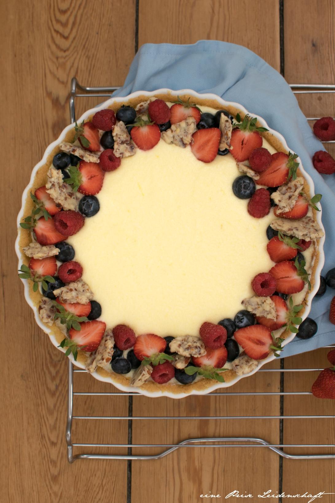 Zitronentarte mit Rhabarber und Erdbeeren mit Logo